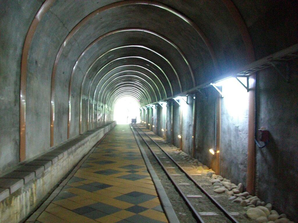 舊百吉隧道的圖片:隧道內有人行道與輕便檯車的軌道