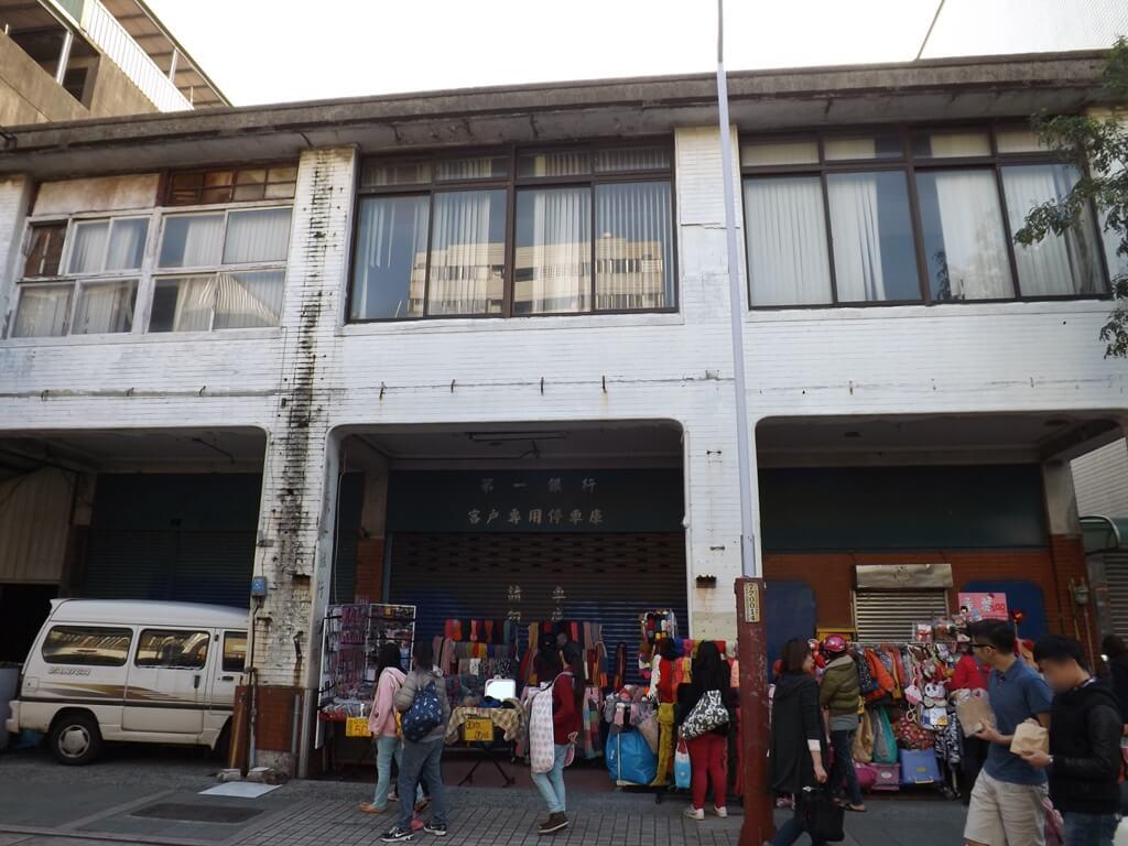 中壢中平路商圈的圖片:第一銀行客戶專用停車庫