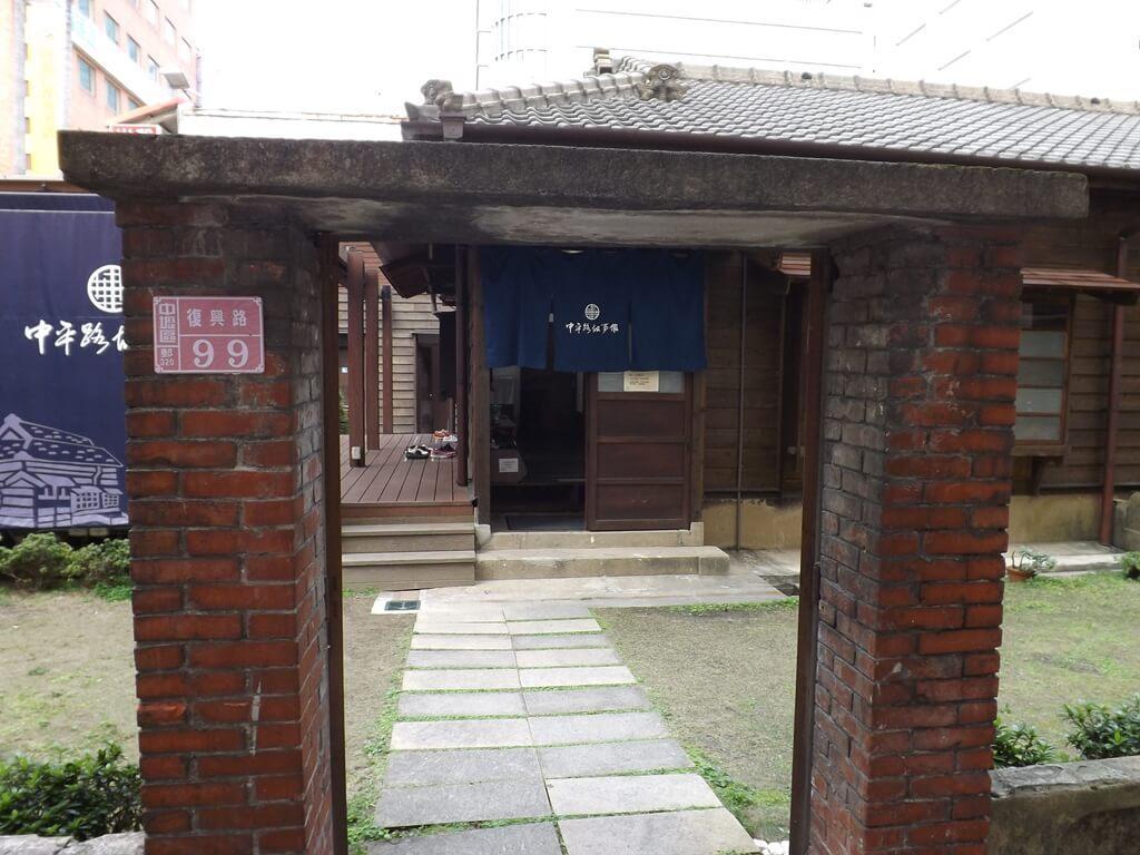 中平路故事館的圖片:低矮的門框與門牌復興路99號