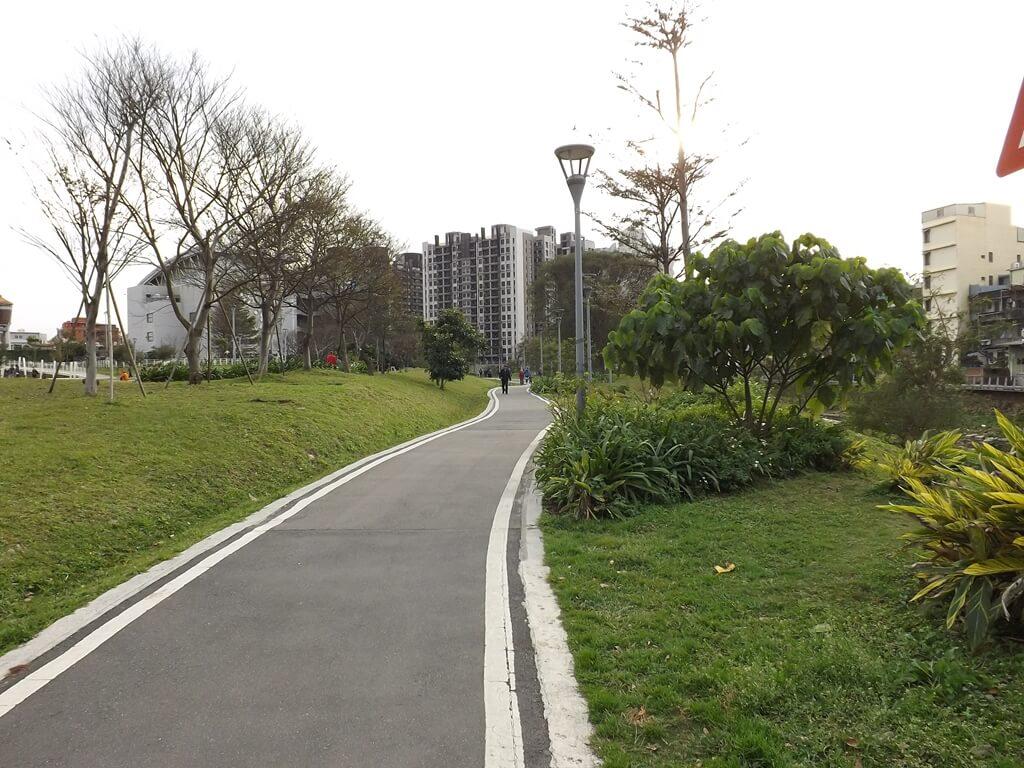 中壢老街溪步道的圖片:兩側綠草地與樹木的景緻