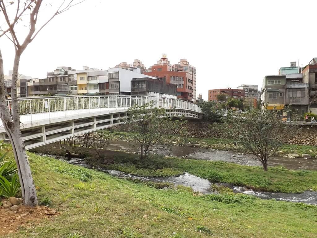 中壢老街溪步道的圖片:老街溪翠堤橋的側面美景