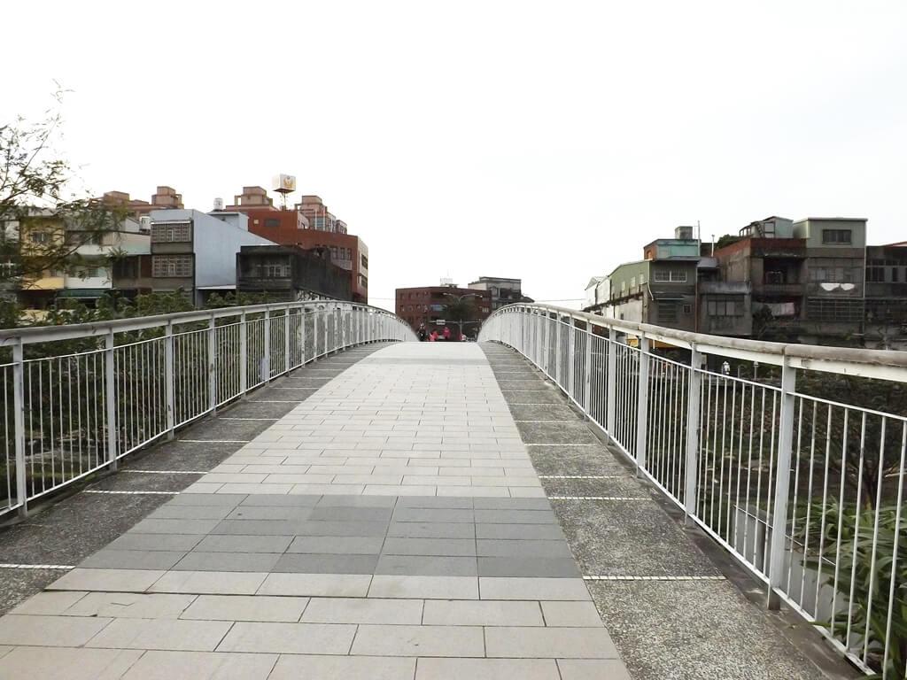 中壢老街溪步道的圖片:翠堤橋上為弧形拱起設計,走起來別有一番風味