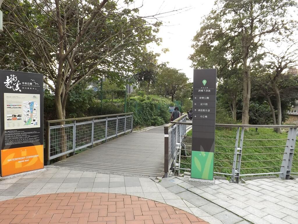 中壢老街溪步道的圖片:步道連接到老街溪河川教育中心的小橋