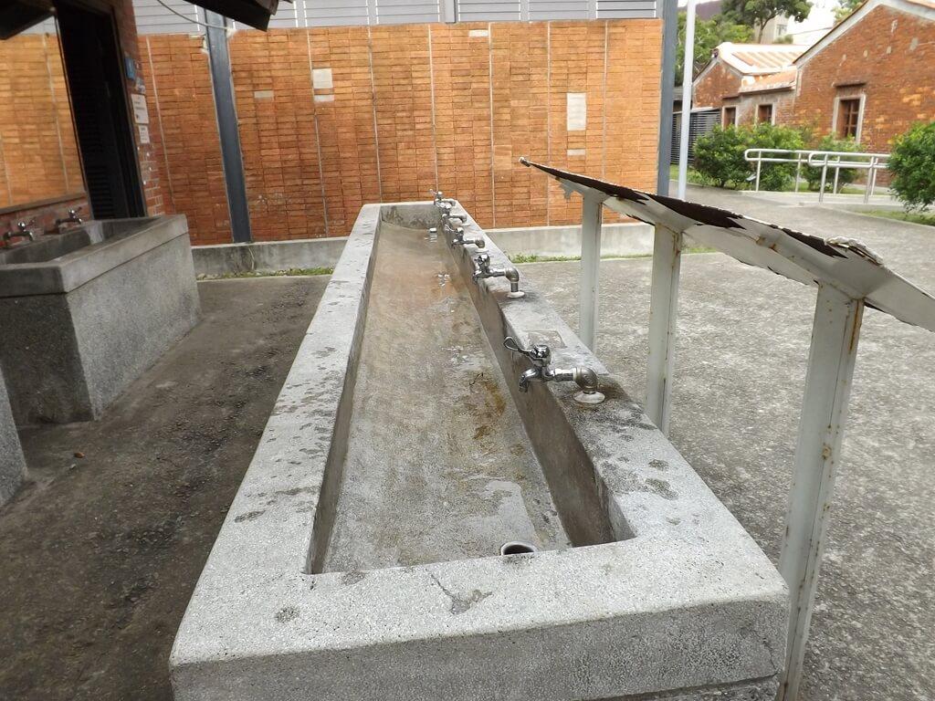 中壢老街溪河川教育中心的圖片:公廁所前的洗手台