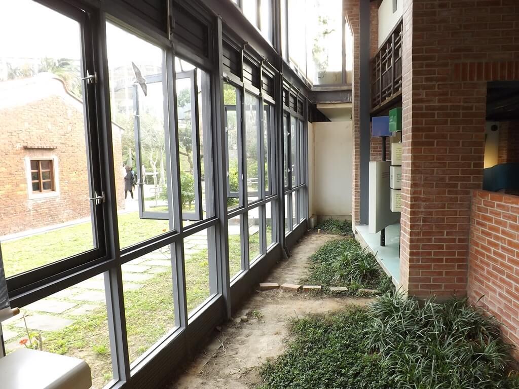 中壢老街溪河川教育中心的圖片:館內對外窗及植栽