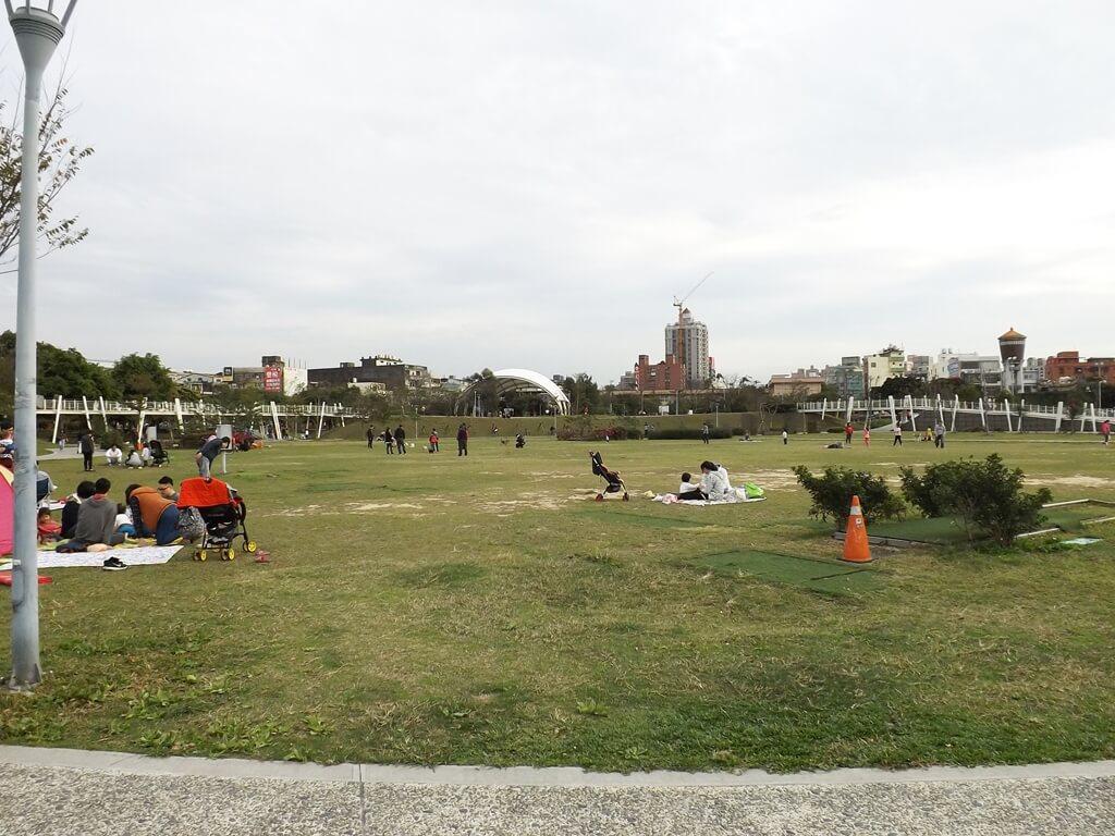 平鎮新勢公園的圖片:非常多人野餐、坐著聊天的草皮