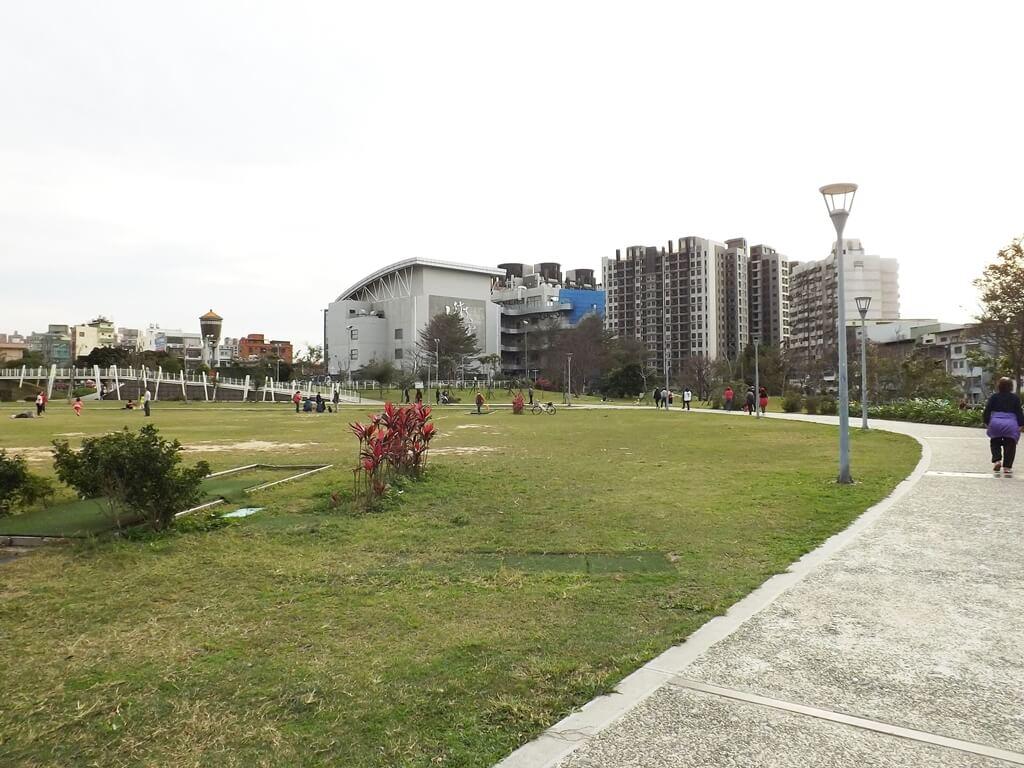 平鎮新勢公園的圖片:環繞公園的走道