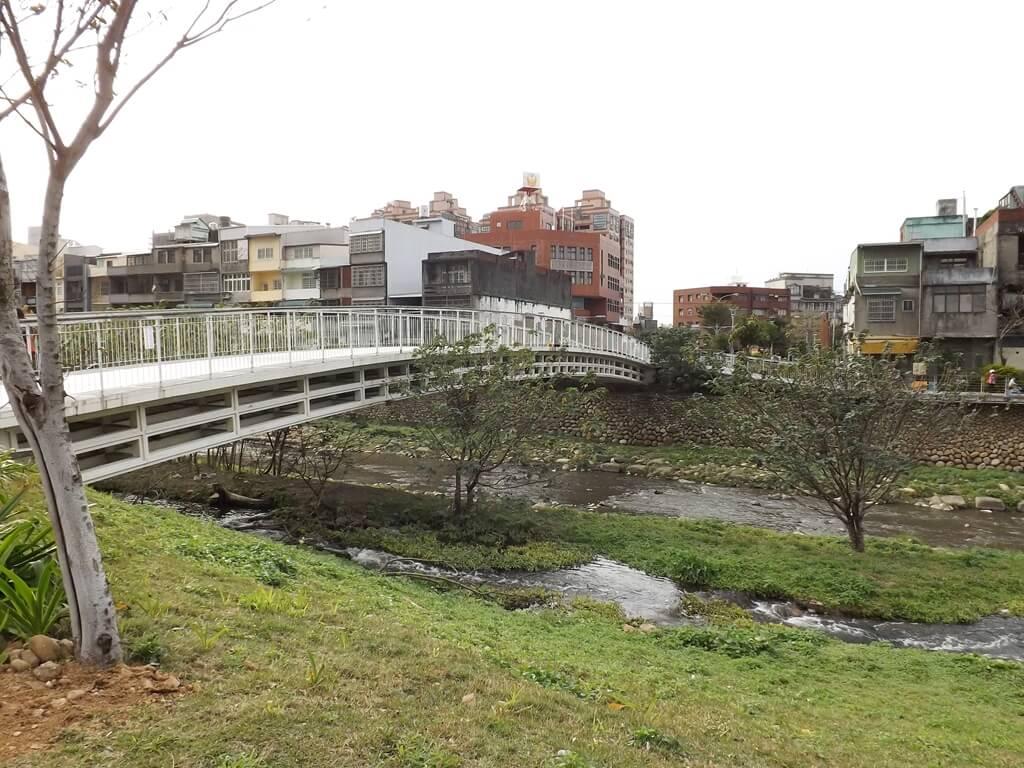 平鎮新勢公園的圖片:翠堤橋的側面為白色拱型設計相當優美