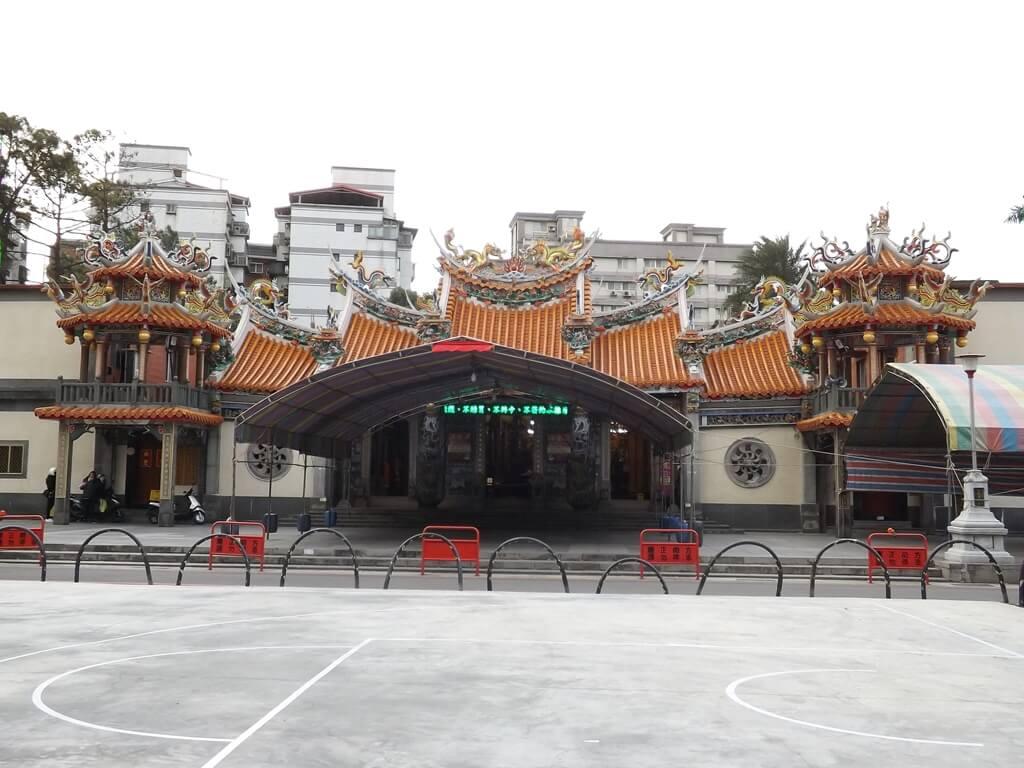 平鎮褒忠祠(義民廟)的圖片:前方廣場搭好的布棚