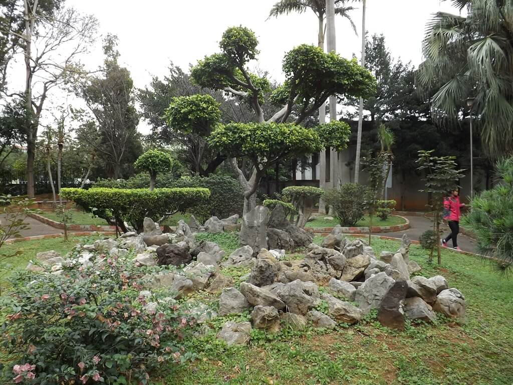 平鎮褒忠祠(義民廟)的圖片:樹木岩石造景