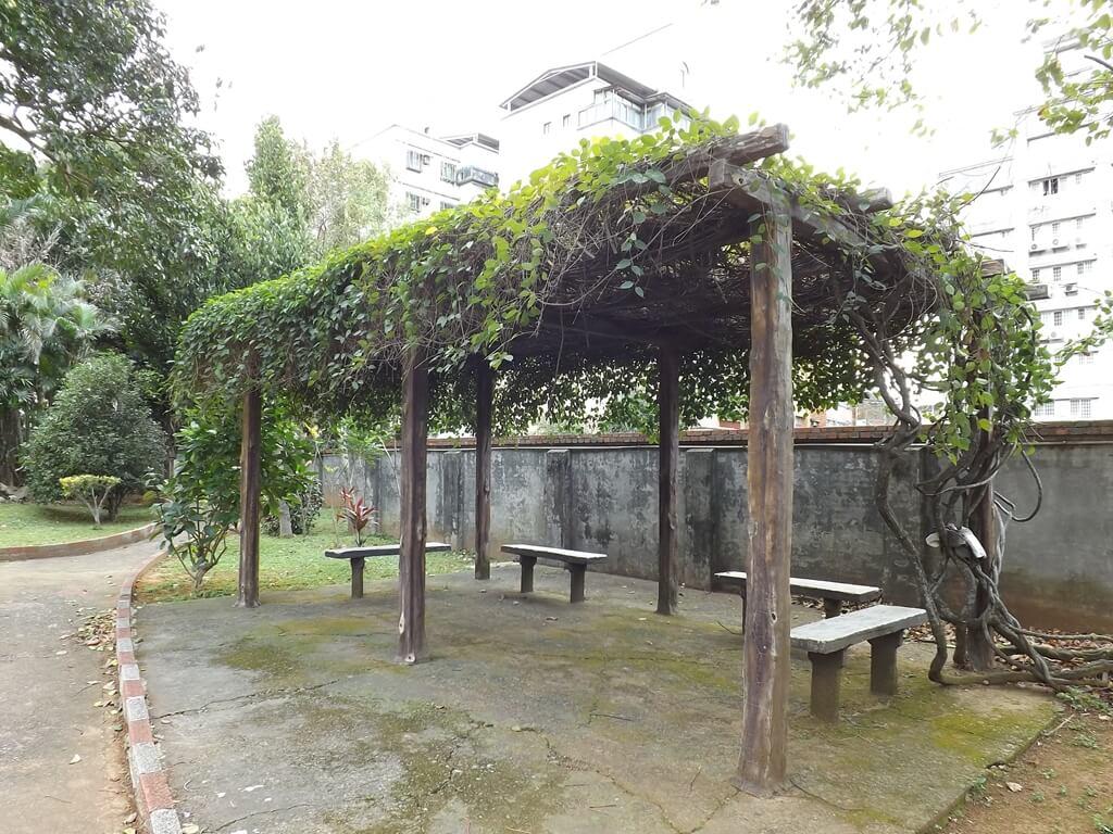 平鎮褒忠祠(義民廟)的圖片:廟後方的乘涼區