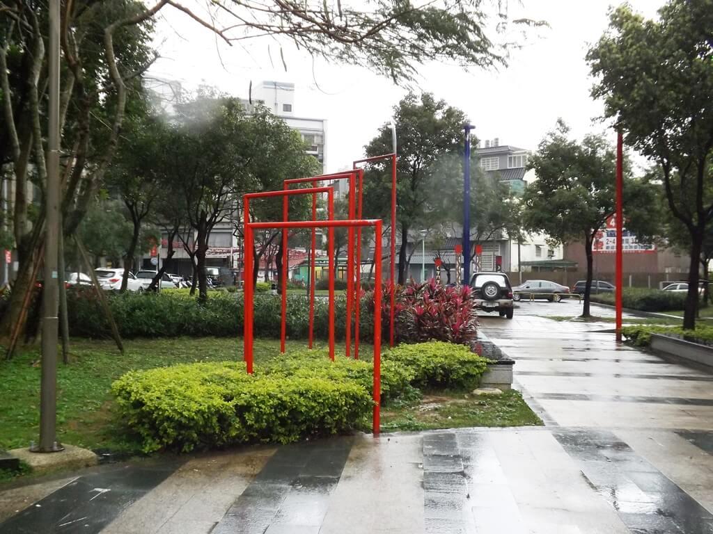 平鎮雲南文化公園的圖片:紅色欄杆狀造景