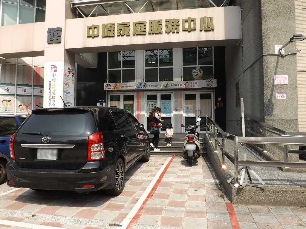 中壢親子館的圖片:門口停車格非對外開放