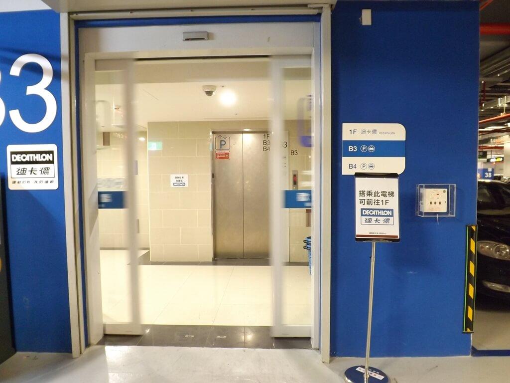 廣豐新天地的圖片:停車場藍區電梯,前往迪卡儂體育用品店專用電梯