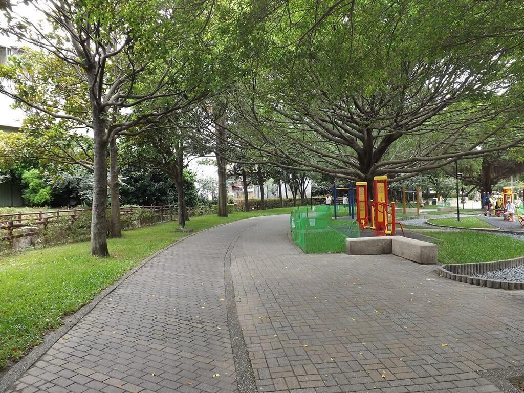 中壢莒光公園的圖片:弧形行人步道區