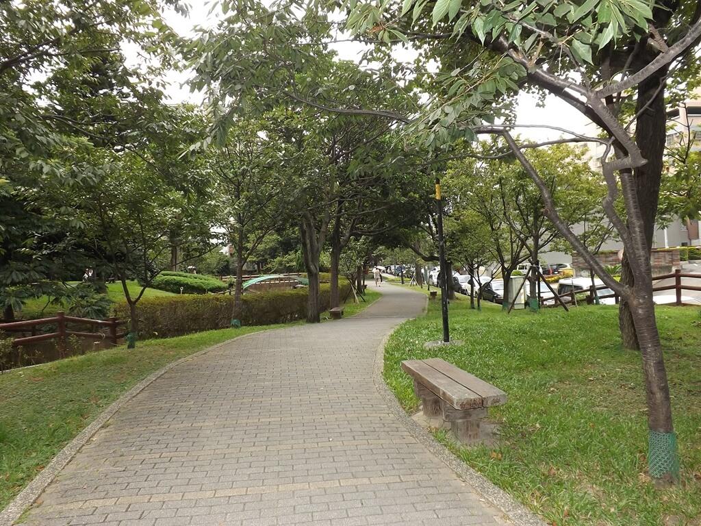 中壢莒光公園的圖片:麥當勞旁的小下坡