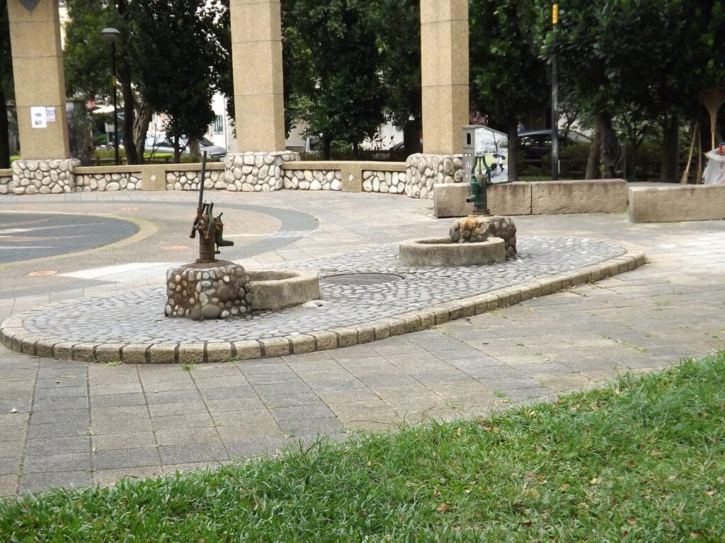 中壢莒光公園的圖片:復古的取水器,可壓出水
