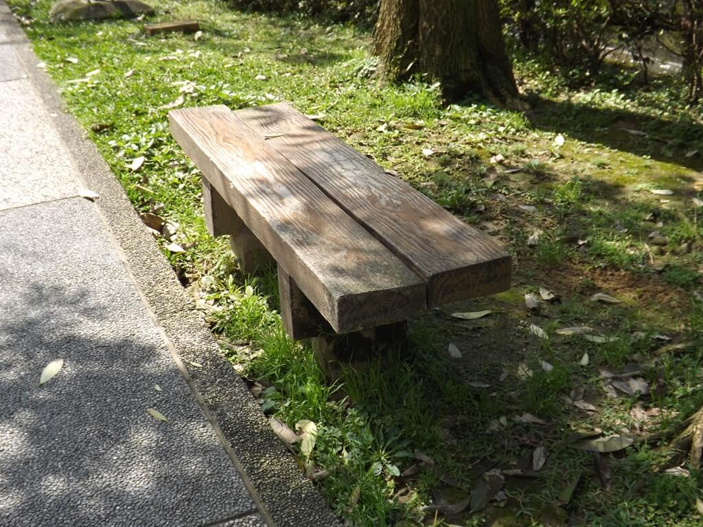 中壢莒光公園的圖片:人行道旁的小椅子