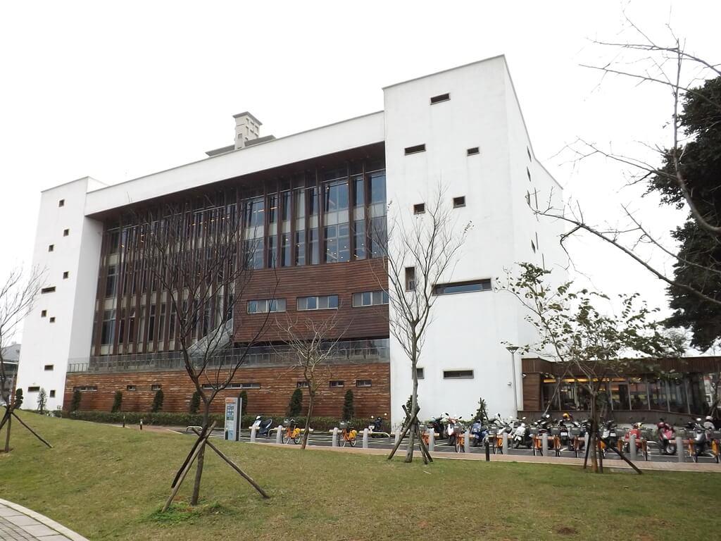 桃園市立圖書館龍岡分館的圖片:台茂公園這邊的角度