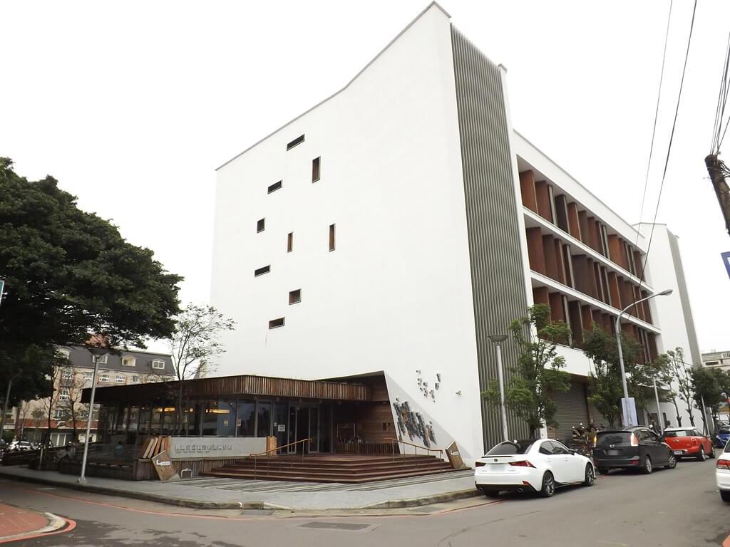 桃園市立圖書館龍岡分館的圖片:龍岡圖書館的入口與整棟建築物外觀