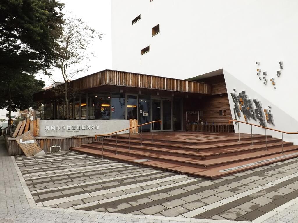 桃園市立圖書館龍岡分館的圖片:很有設計風格的入口,使用大量木材