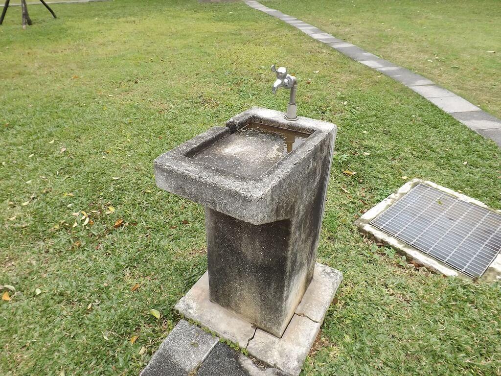 龍岡森林公園的圖片:人行道旁的洗手檯