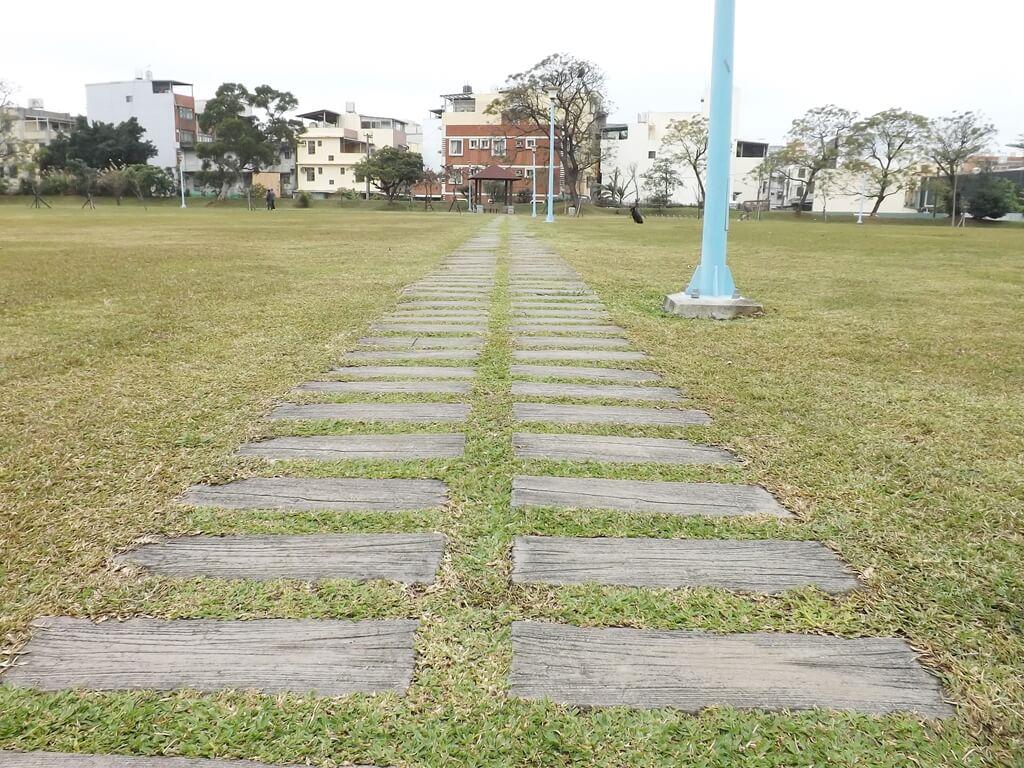 龍岡萬坪公園的圖片:只有行人能通行的草地穿越道