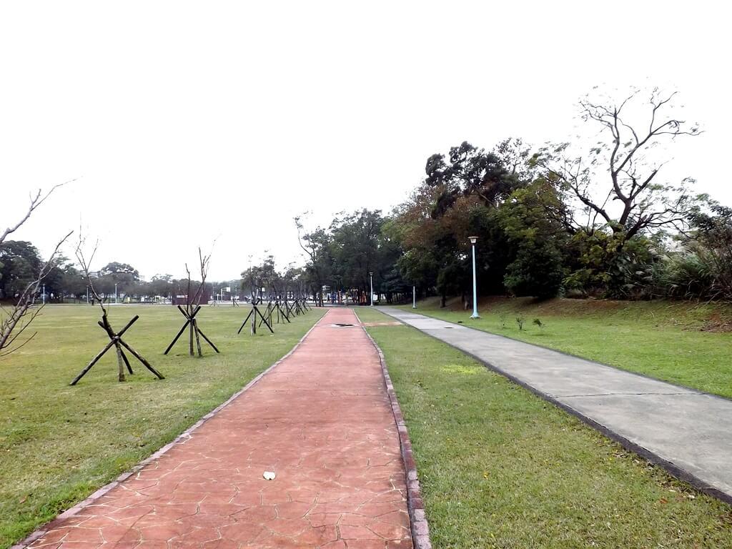 龍岡萬坪公園的圖片:環繞公園的步道