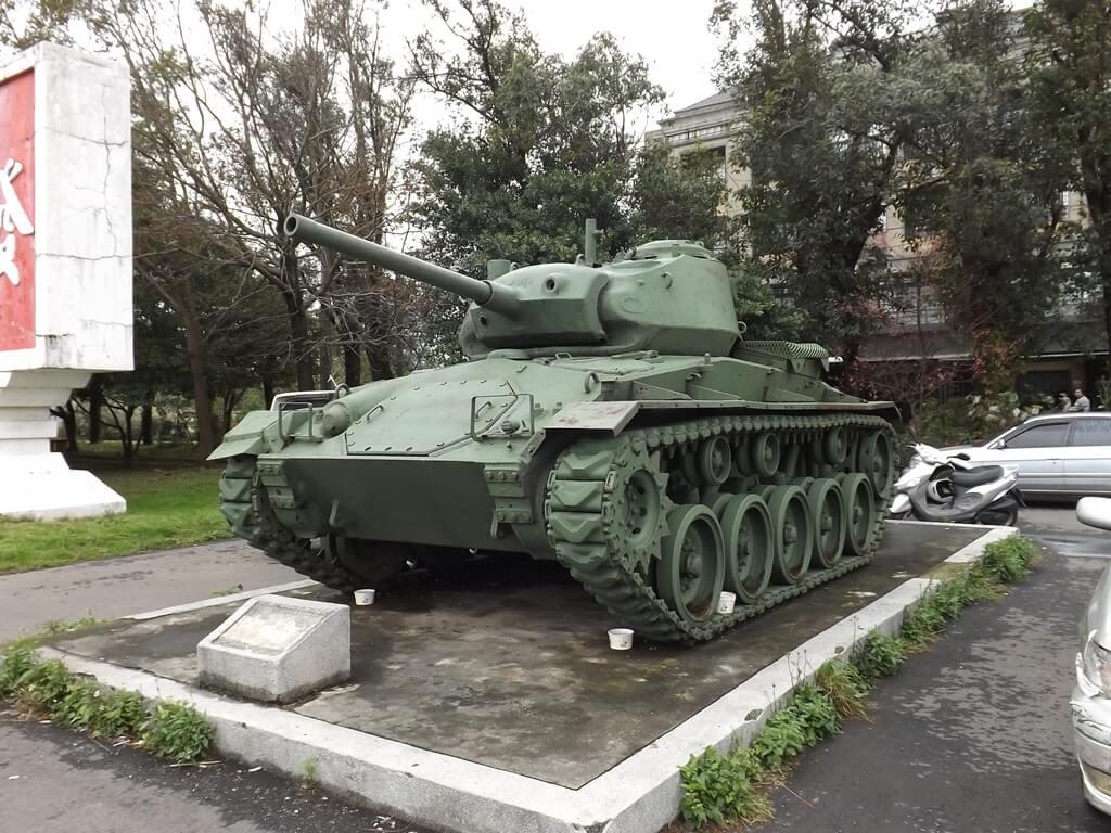 龍岡大操場的圖片:退役的坦克車展示
