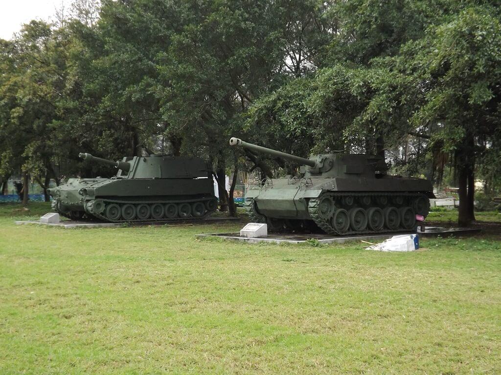 龍岡大操場的圖片:兩輛老戰車展示