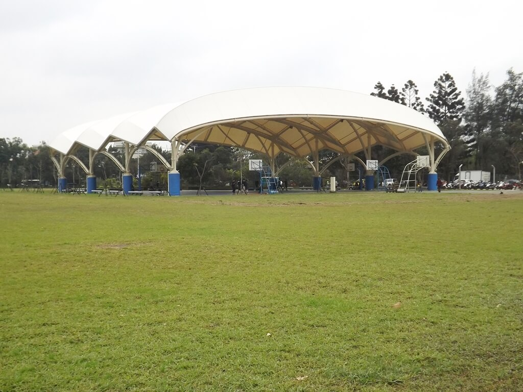 龍岡大操場的圖片:天幕廣場,包含籃球場與羽球場