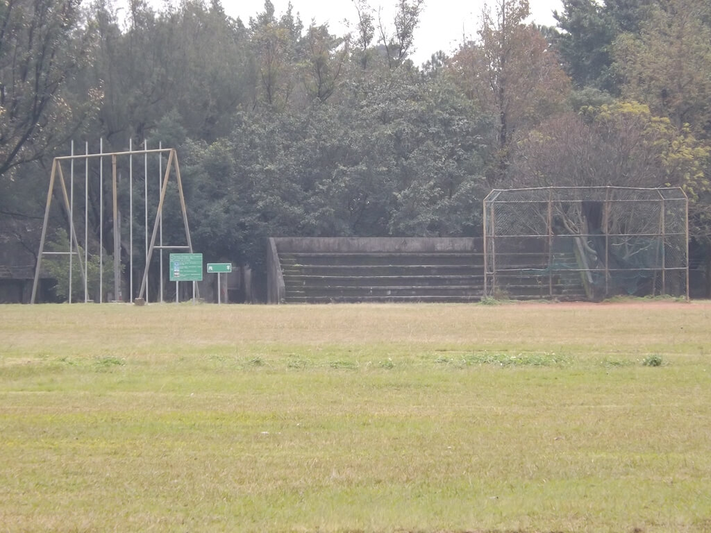 龍岡大操場的圖片:廢棄的五百障礙部分設施