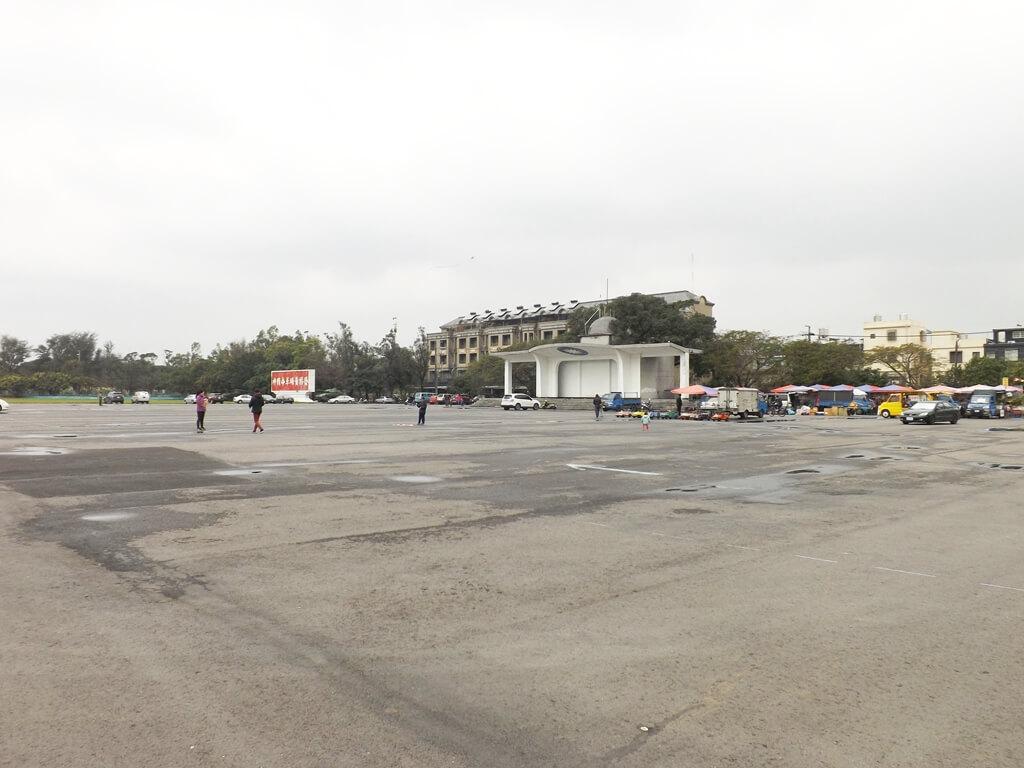 龍岡大操場的圖片:廣闊的柏油路大操場景