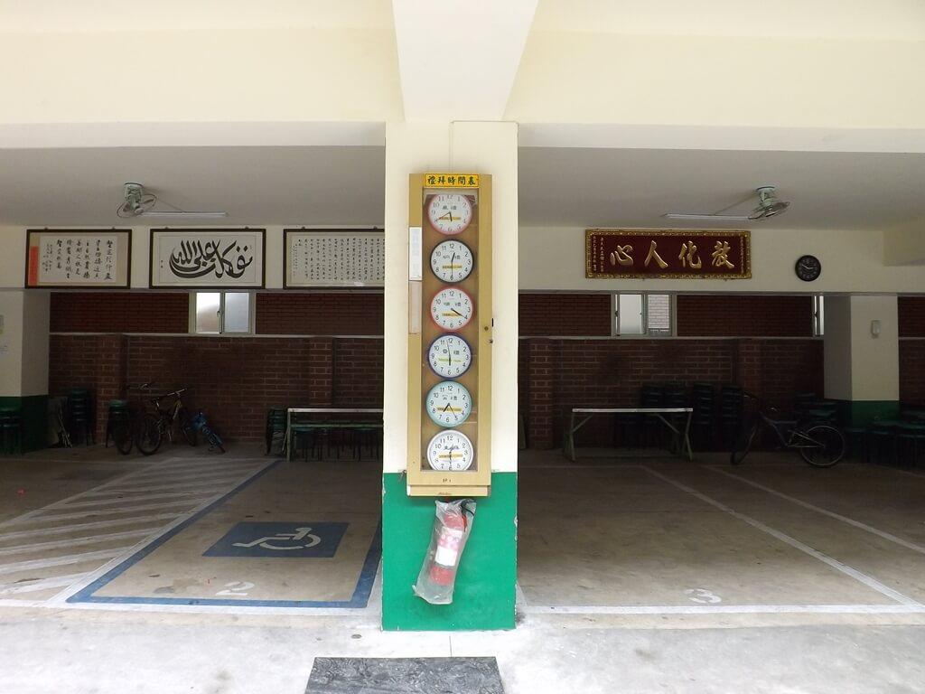 龍岡清真寺的圖片:柱子上的禮拜時間表
