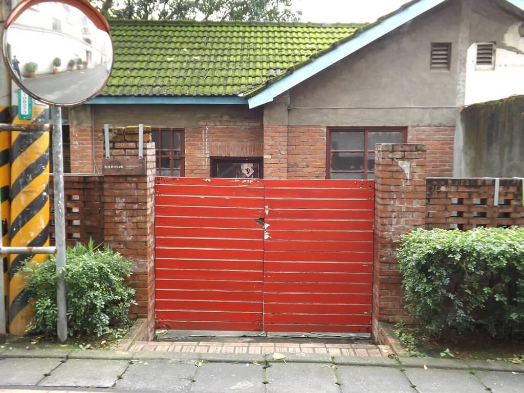 馬祖新村眷村文創園區的圖片:電影或電視劇中常出現的眷村紅色對開式大門