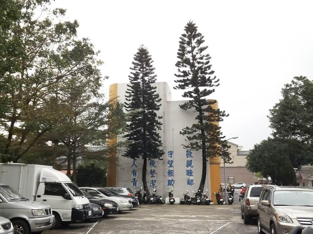 馬祖新村眷村文創園區的圖片:原本的活動中心改造為桃園光影電影館,旁邊是停車場