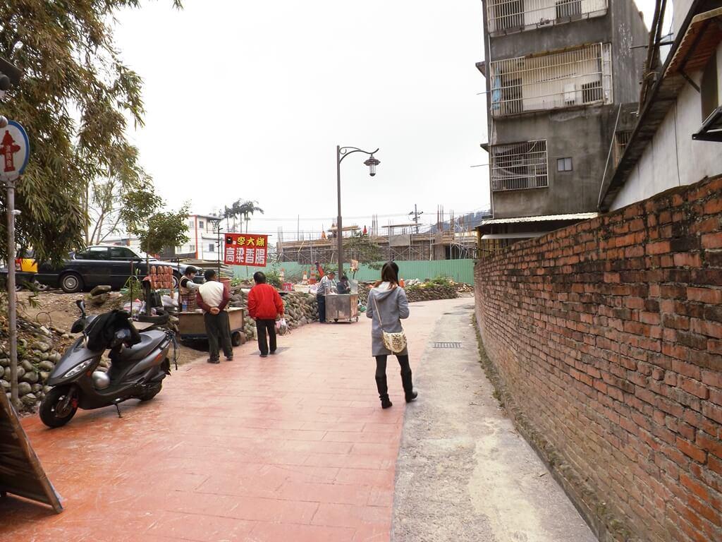 三坑老街的圖片:蜿蜒的入口旁邊也有住戶