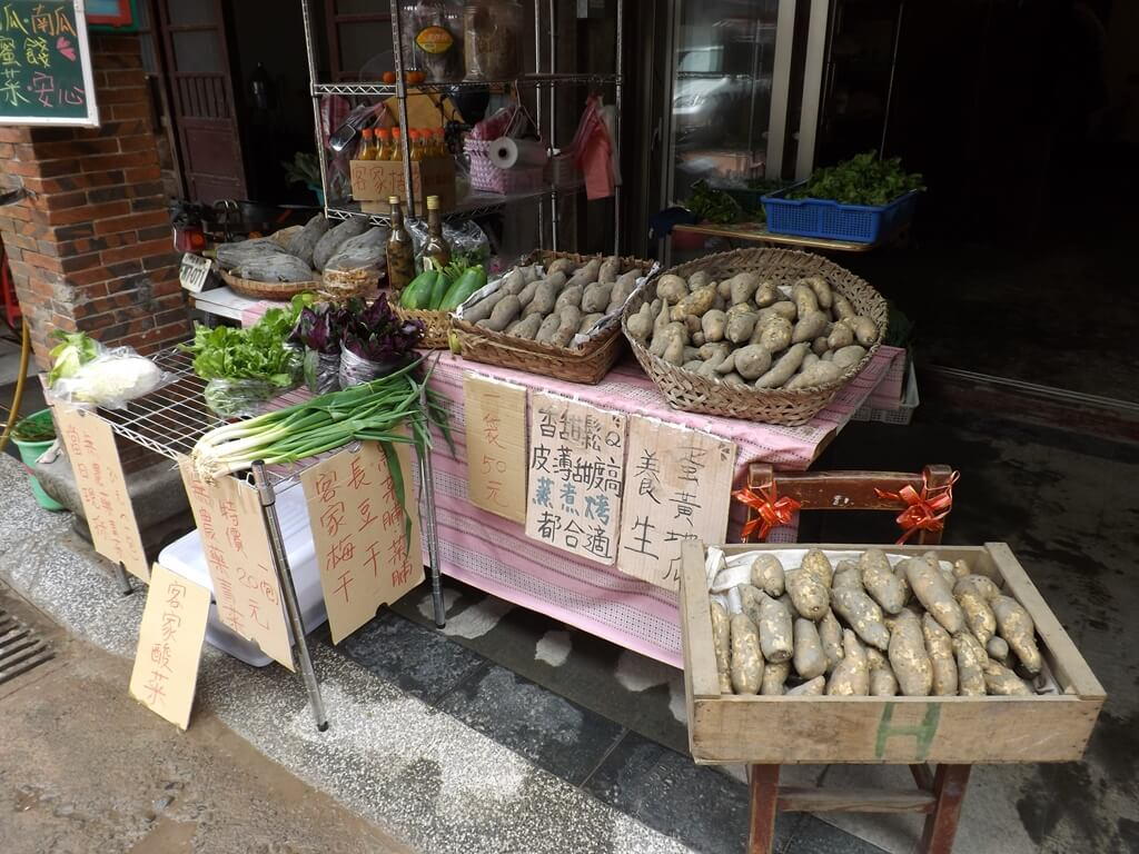 三坑老街的圖片:販售蔬菜、地瓜