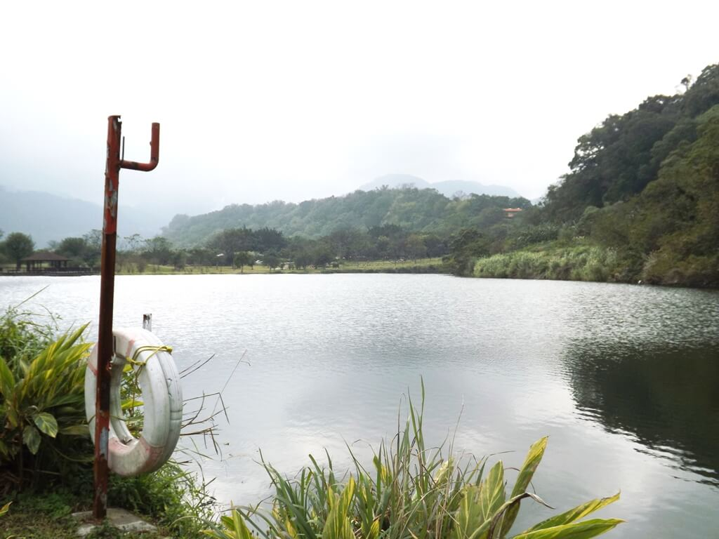 三坑自然生態公園的圖片:寧靜的湖面與救生圈