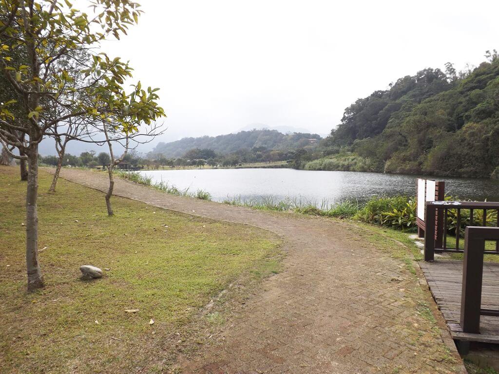 三坑自然生態公園的圖片:走在湖邊的小徑