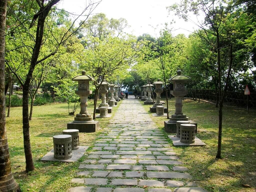大溪中正公園的圖片:超然亭前方日式風格的石燈籠與石頭路