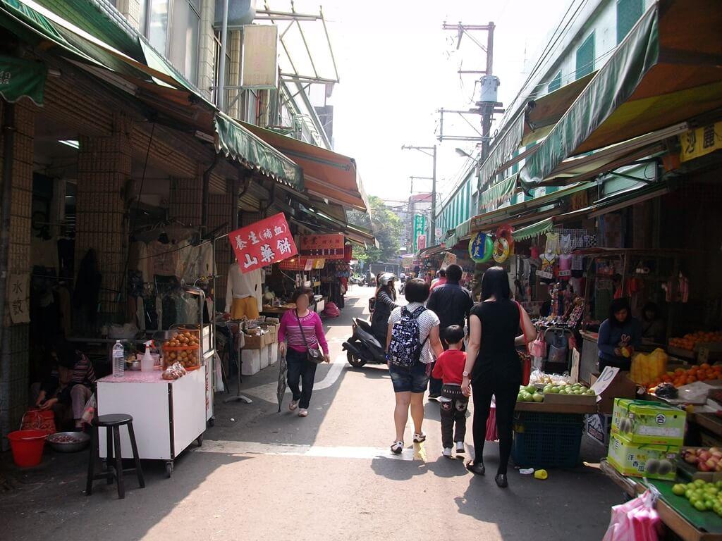 大溪老街的圖片:山藥餅、水果攤以及各式各樣的攤販