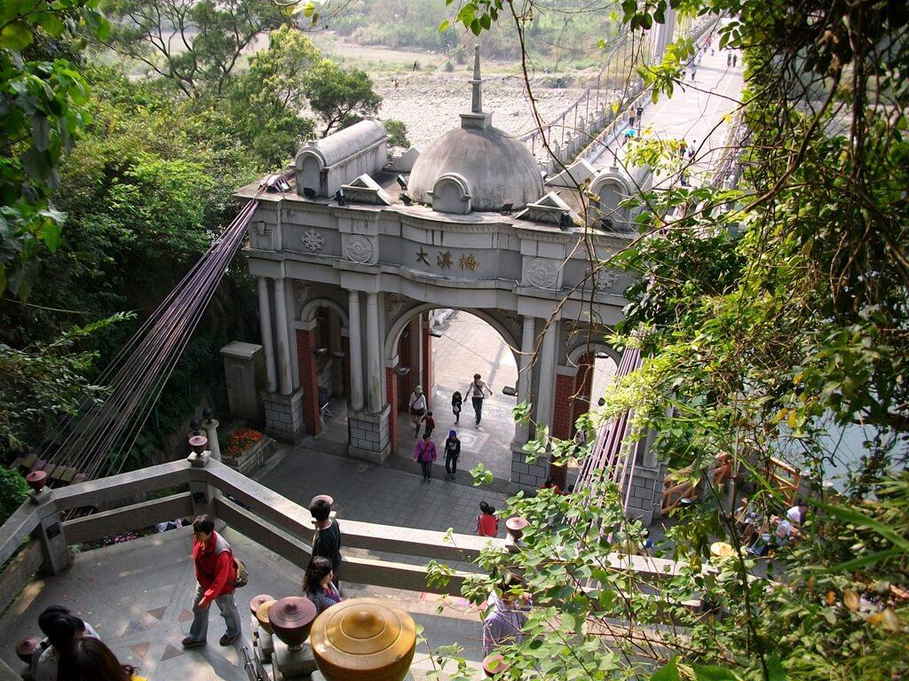 大溪橋的圖片:從樓梯上看大溪橋的巴洛克式浮雕拱門