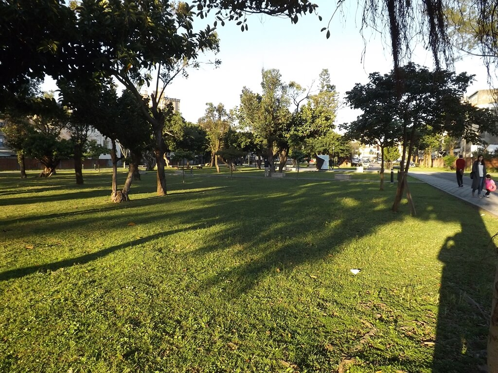 楓樹腳公園的圖片:乾淨整齊的綠草皮