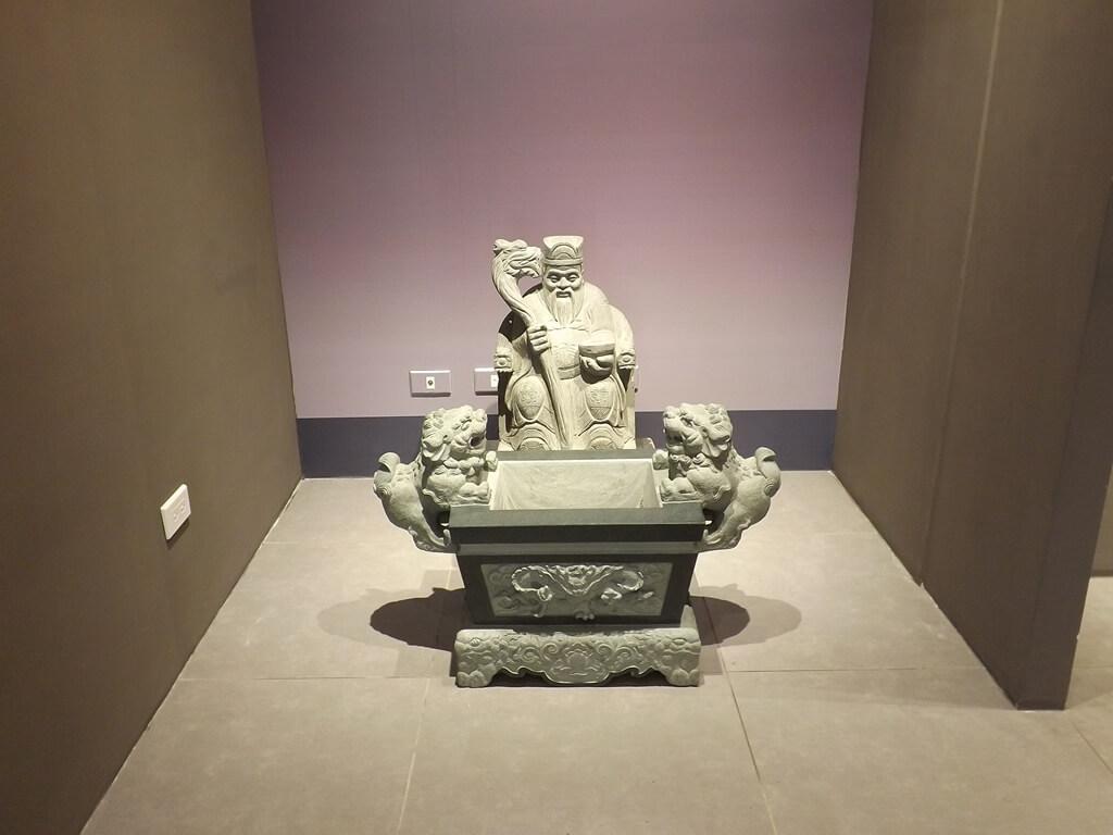 桃園市土地公文化館的圖片:土地公石雕像與石香爐展示