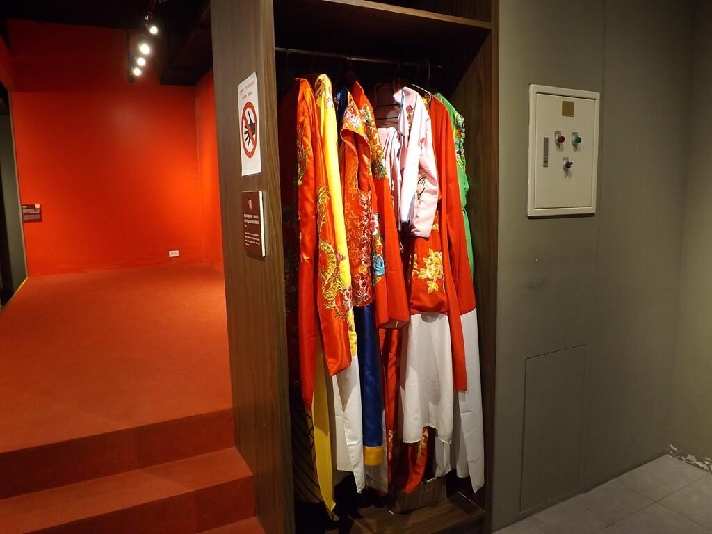 桃園市土地公文化館的圖片:舞臺旁的戲服