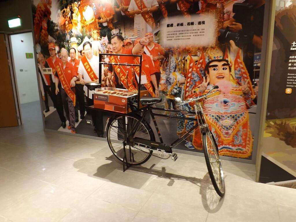 桃園市土地公文化館的圖片:傳統廟會旁常見的腳踏車烤香腸與彈珠檯