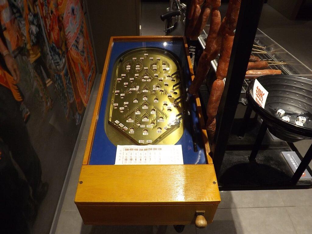 桃園市土地公文化館的圖片:腳踏車上的彈珠台