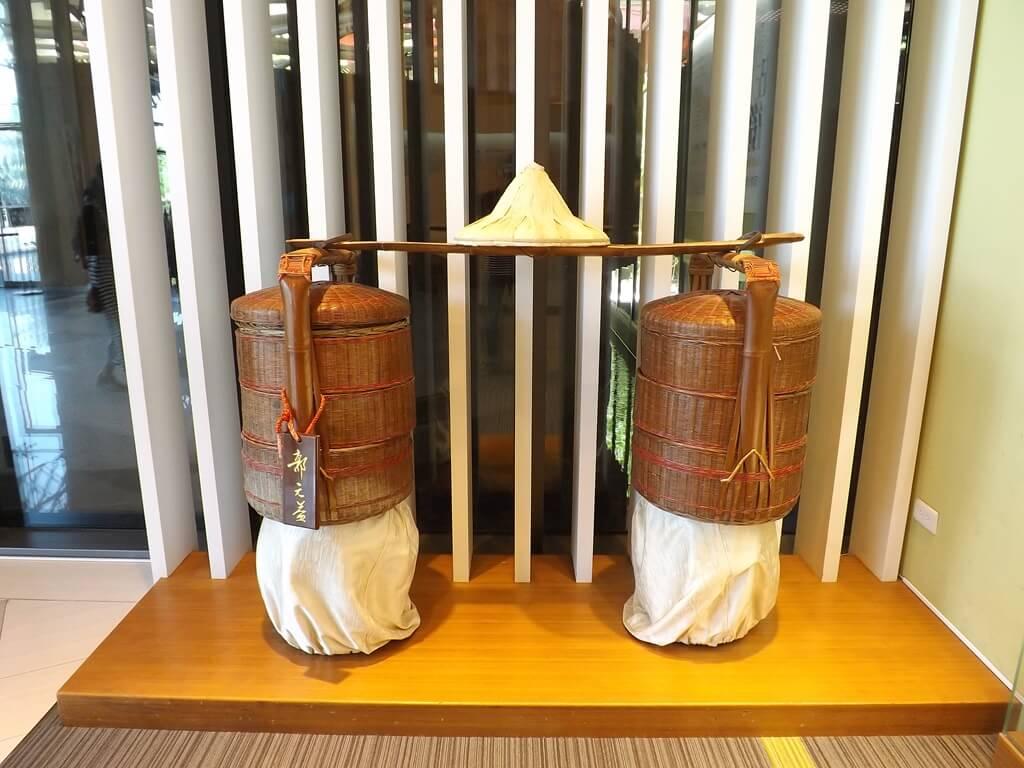 郭元益糕餅博物館桃園楊梅館的圖片:斗笠、扁擔、竹甕