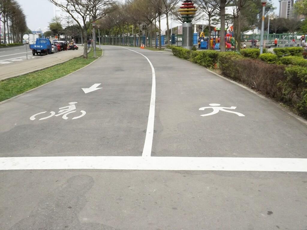 桃園市三民運動公園的圖片:自行車道與人行道